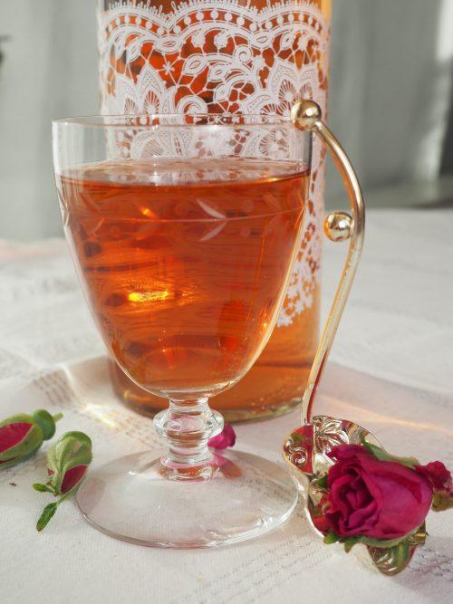 Enkel saft av nypeblomster – et godt alternativ til is-te